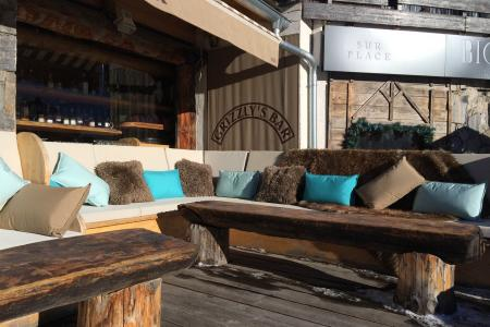 Creation of custom cushions and benches for the terrace of Grizzly bar of Tignes