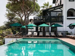 Parasols bord de piscine pour l'hôtel Les Hortensias du Lac
