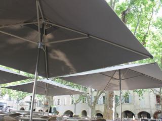 Parasols terrasse café de L'Oustal - Uzès