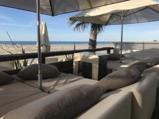Aménagement de plage privée avec matelas chauffeuse insensibles à 'l'eau - Mousses Etoiles