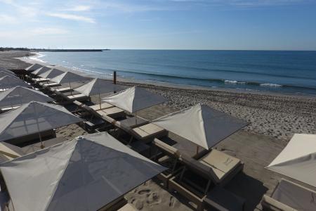 Comment choisir ses parasols professionnels de plage ? 5 conseils pour aménager sa plage privée