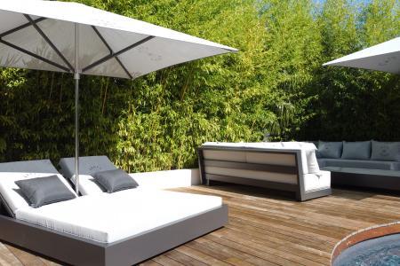 Bain de soleil avec parasol intégré