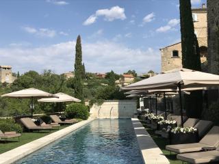 Parasols sur mesures pour la piscine d'un hôtel de luxe