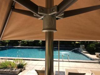 Parasols bord de piscine d'hôtel