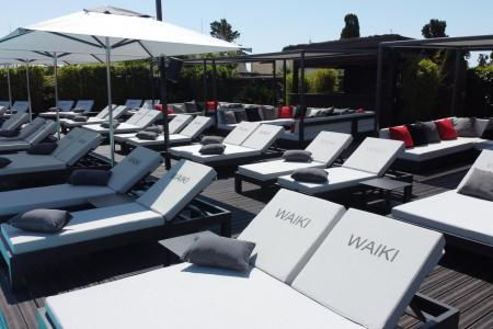 Complete outdoor layout of the WAIKI BEACH pool side in Cap d'Agde