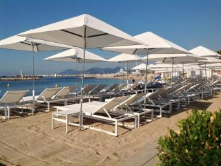 Parasols de la plage de l'Hôtel Majestic à Cannes