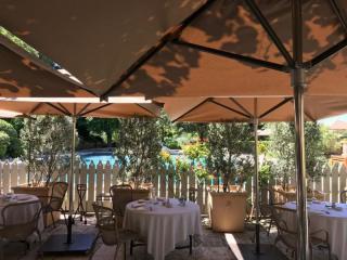 Parasols du restaurant l'Oustau de Baumanière