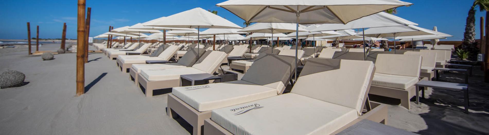 Plage privée: parasols, bains de soleil & matelas