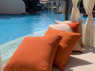 Lit à baldaquins bord de piscine