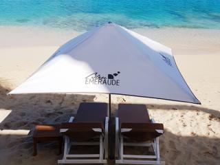 Parasols et matelas bord de mer - Hôtel Bleu Emeraude à St Martin