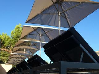 Bains de soleil et parasols pour piscine