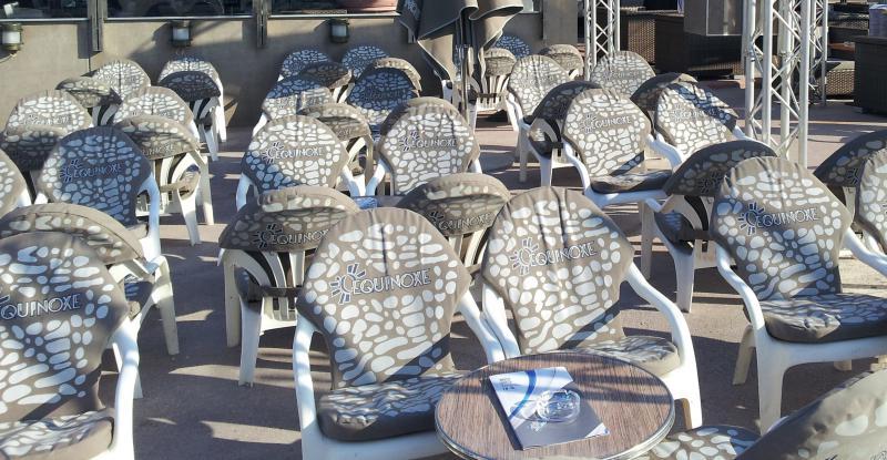 Coussins de terrasse d'un restaurant à Marseille - fabrication française - Mousses Etoiles