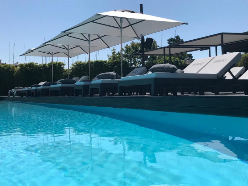 Aménagement bord de piscine - Bain de soleil et parasols - Mousses Etoiles