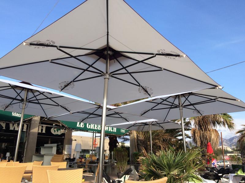 Grands parasols pour restaurants à Marseille - professionnels - cafés- bars - brasseries - restaurants - hôtels