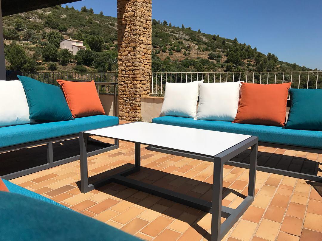 Salon outdoor avec oreillers déco - Terrasse d'hôtels, restaurants, chambre d'hôtes, villas privées