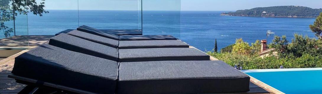 Matelas bains de soleil et transats - bord de piscine hôtel - Mousses etoiles