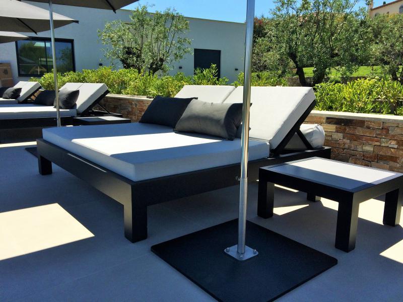 Agencement de bord de piscine avec beds 2 places et beds 1 place - Mousses Etoiles fabricant français de parasols et bains de soleil